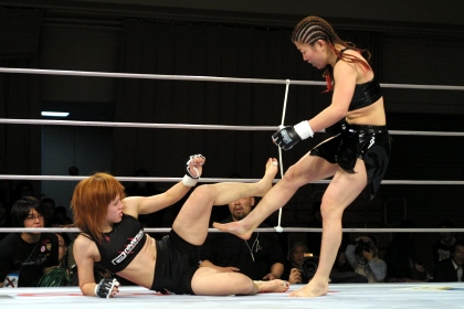 Emi Tomimatsu (on the ground) sustained major injury in this fight against WINDY Tomomi but made a comeback to MMA after thee-year and eight-months absences from the sport.