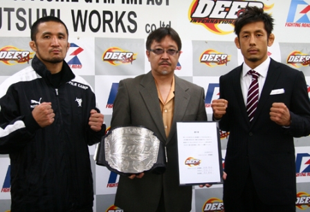 Daisuke Nakamura (left) is the new DEEP lightweight champion. Dominated Yasuaki Kishimoto (right) for all three rounds and he will probably take on Satoru Kitaoka later in the year.