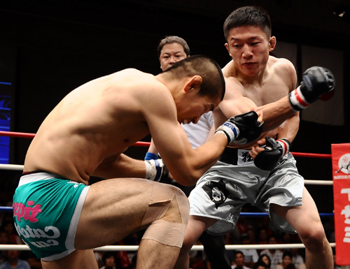 Kyoji Horiguchi (right) was aggressive in the beginning but Manabu Inoue's persistent paid off in the third round.