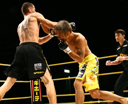 Masanori Kanehara's attack against Tony Reyes started with this right hook to the chin.