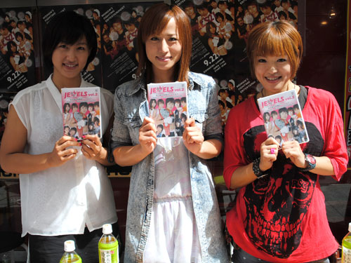 (from left to right) Shizuka Sugiyama, Mika Nagano, and Emi Tomimatsu. At Mulan AKIBA in Tokyo to promote JEWELS DVD and the event on this weekend.