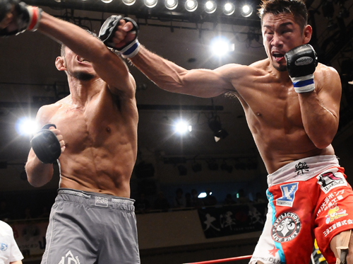 The bantamweight King of Pancrase Shintaro Ishiwatari (right) was much stronger and faster than UFC vet Caol Uno (left) who fights at the featherweight division.