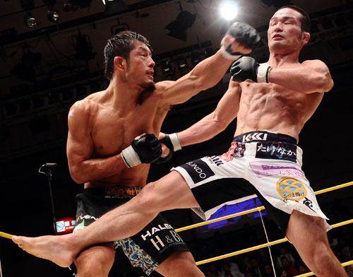 DEEP recognized Katsunori Kikuno (right) controlled this bout against Yasuaki Kishimoto (left) and awarded Kikuno with W.