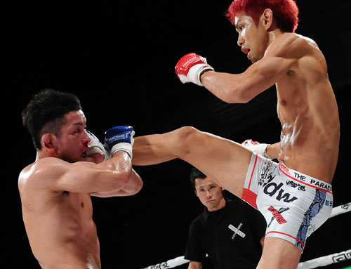 Mitsuhisa Sunabe (right) was very aggressive throughout the fight