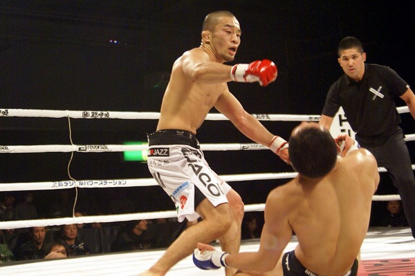 Kiyotaka Shimizu finished Yuki Yasunaga with this left hook and defended super-flyweight King of Pancrase title for five straight times