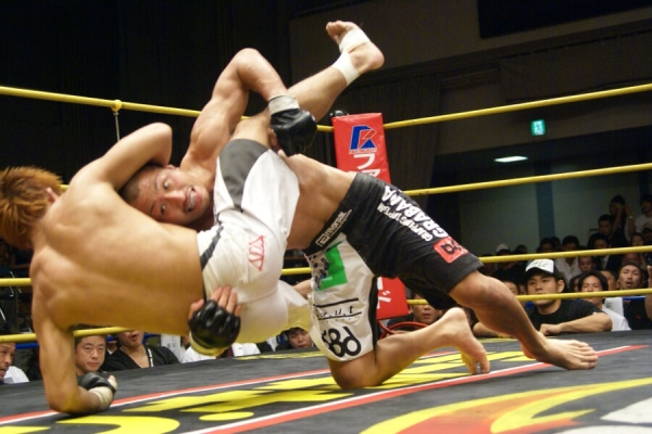 In their first encounter, Kazunori Yokota (top) edged out SHOJI in judges' score cards
