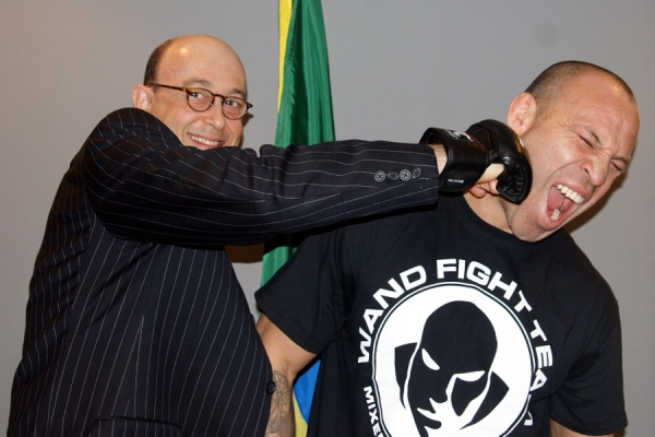 Wanderlei Silva with the Minister-Counselor Alexandre José Vidal Porto of Brazilian Embassy in Japan