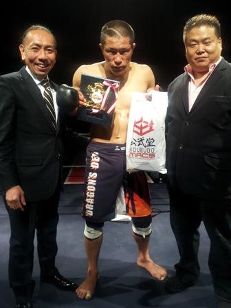 Welterweight tournament champ Sanshiro Nakakura with DEEP head Shigeru Saeki (right) and Koubudo president Masaki Hasegawa left)