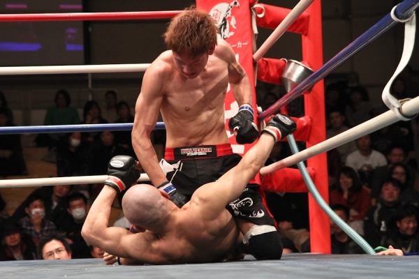 """Yuta """"Uruka"""" Sasaki (top) and Tetsu """"Hada-iro"""" Suzuki engaged in a close battle but at the end, all three judges gave to Sasaki probably because he was a superior in positioning of the ground battle"""