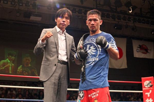 Shintaro Ishiwatari (right) posing with Pancrase owner Masakazu Sakai after defeating Caol Uno in Shooto in September of last year
