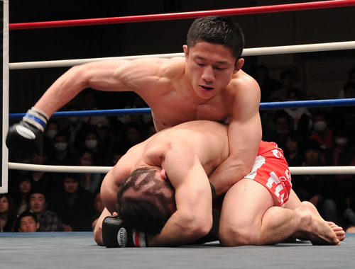 Kyoji Horiguchi (top) became Shooto's new world champion at the featherweight (132 lbs) division by defeating Hiromasa Ogikubo