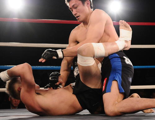 2009 Future King welterweight tourney winner Yutaka Ueda (top) went down to 155 lbs and dominated Hideto Kondo in the opening round of DEEP lightweight GP 2013