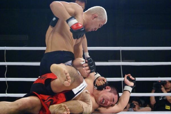 Takenori Sato (top) and Shingo Suzuki (bottom) met once back in December 2010 and Sato won via unanimous decision.