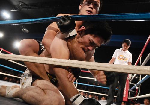 Yutaka Ueda (back) spent many minutes on Sadao Kondo's back in this fight. Ueda won in a unanimous decision and advanced to DEEP lightweight GP semi-final.