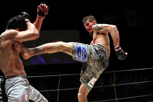 Dan Hornbuckle (right) utilized his height, reach advantage, and superior BJJ to control Yuya Shirai in the second and third round to win via unanimous decision.