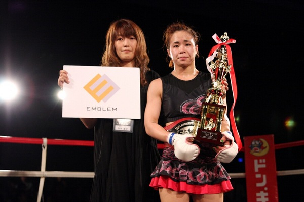 Seo Hee Ham (right) was in tears when she received championship belt and trophy from JEWELS supervisor Yasuko Mogi. (left)
