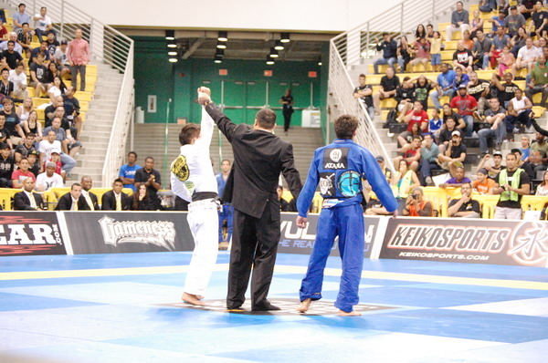 Moraes gets the win over Farias