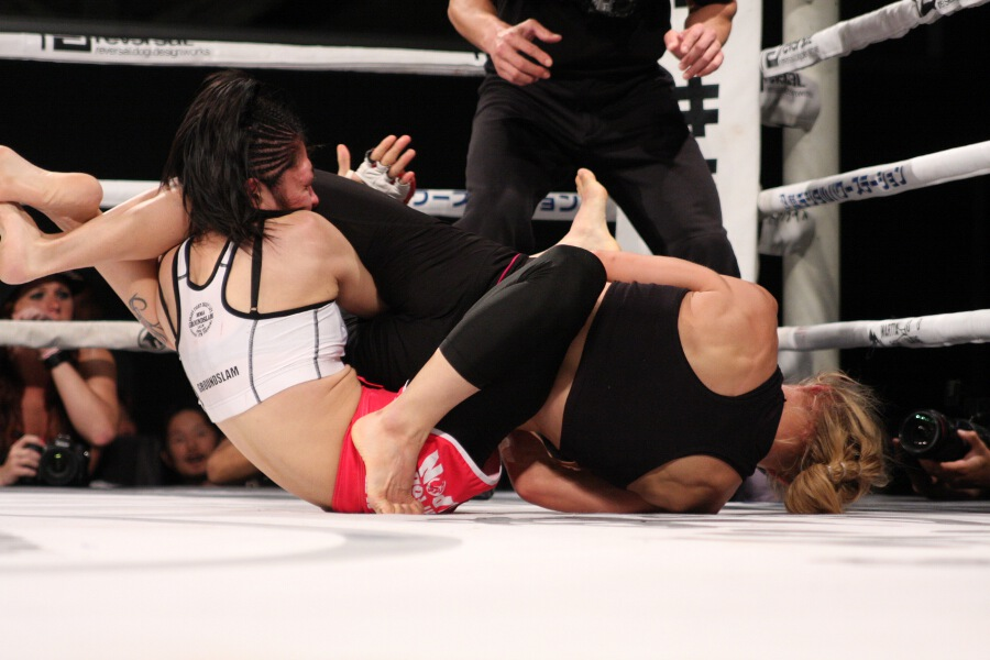 In the third round, Amber Brown submitted Kikuyo Ishikawa with this armbar.