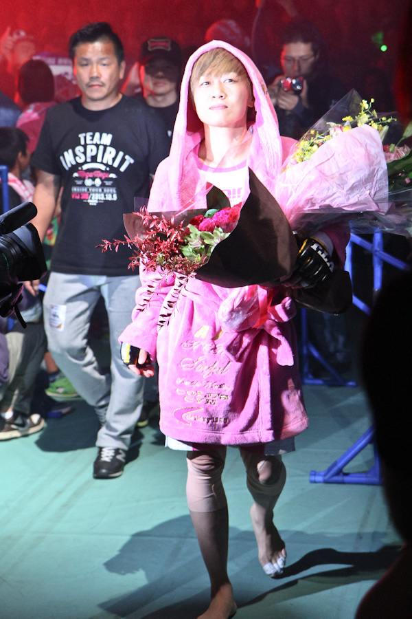 One of the legends of women's MMA, Megumi Fujii, with AACC founder Hiroyuki Abe (behind) as her chief corner man, made the entrance for her last professional MMA fight.