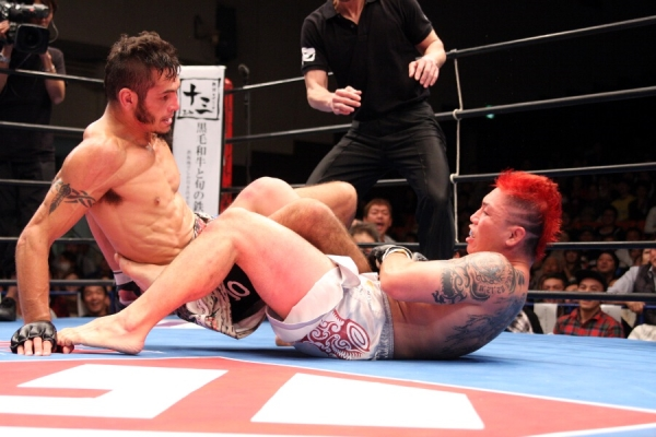 In the final round of his pro MMA career, Ryo Chonan executed the move that made him famous all over the world, flying body scissors to leg lock, and eventually edged out Dan Hornbuckle on judges' score cards to capture DEEP welterweight title.