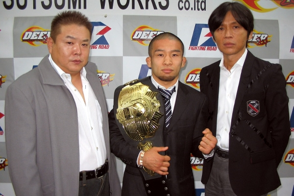 At the press conference held at DEEP official gym IMPACT. (from left to right) DEEP head Shigeru Saeki, Kiyotaka Shimizu, and Pancrase head Masakazu Sakai.