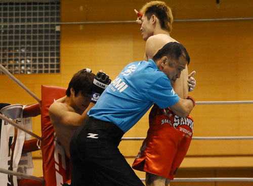 Tetsuya Yamada (right) quickly finished Yutaka Kobayashi with a right hook followed by series of left hooks.