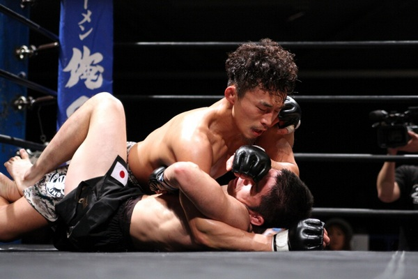 Tatsumitsu Wada (top) fought a smart fight. By dominated the third round with takedowns and ground control, defeated Haruo Ochi via unanimous decision.