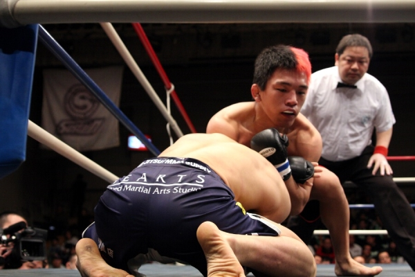 An 18-year old Ryuta Sawada choked out Tateo Iida with this guillotine choke and improved his pro MMA record to 3-0.