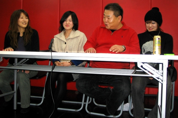 At the press conference held in Tokyo. (from left to right) Former DEEP JEWELS producer Yasuko Mogi, Mizuki Inoue, DEEP JEWELS head Shigeru Saeki, and Emi Tomimatsu.