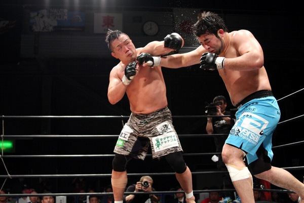 PRIDE / UFC veteran Kazuhiro Nakamura (left) landed solid left hooks and punches to the body but Ken Hasegawa (right) used his size to clinch and control the bout to defend his DEEP megaton (open-weight) title.