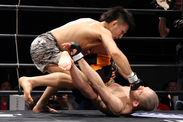 A 24-year old Yuki Motoya (top) defeated Masakazu Imanari in March and improved his record to 10-4