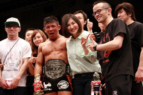 Satoru Kitaoka (center) with his fiance after the fight