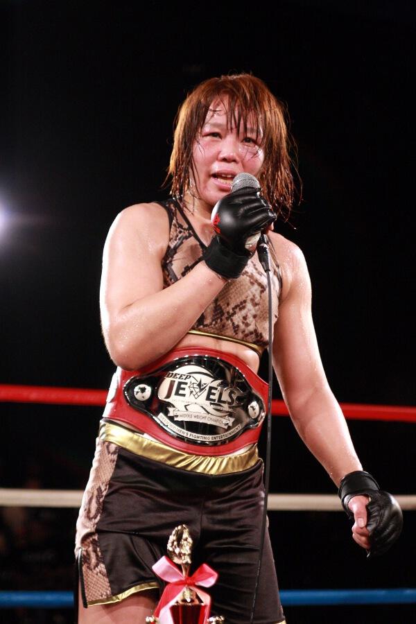 Takayo Hashi became inaugural DEEP JEWELS 135 lbs champion by finshing Shizuka Sugiyama in the third round