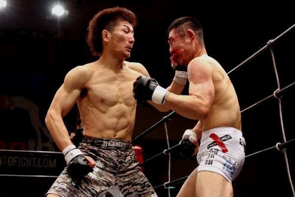 Yuki Motoya (right) domionated WEC / DREAM veteran Yoshiro Maeda and captured a right to challenge DEEP flyweight title in August