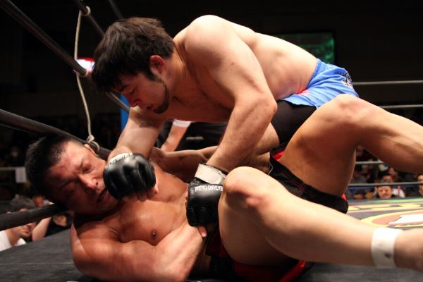 Ken Hasegawa (top) dominated PRIDE veteran Ryuta Sakurai in his first middleweight bout.