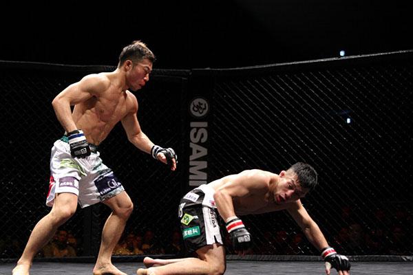 Yusaku Nakamura (left) scored a knock down in the third round to defeat current King of Pancrase Kiyotaka Shimizu (right) via split decision