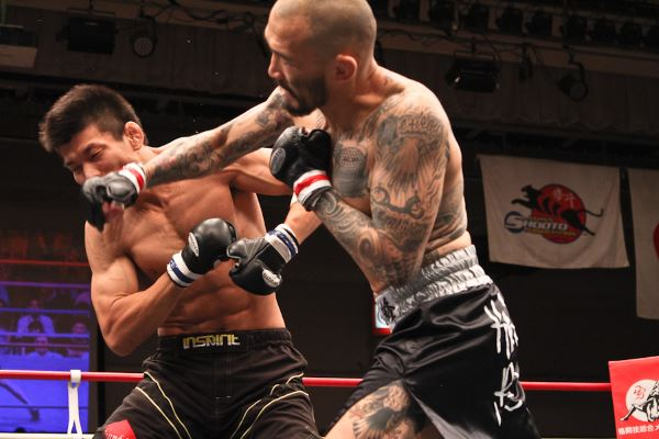 In his last fight in Japan, back in July 2012, Kotesu Boku (right) scored a first round KO win over Shin Kochiwa with this right straight punch