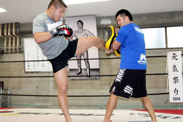 Satoshi Ishii (left) looked more like a Muay Thai fighter at the media work out held three days before the fight