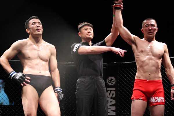 In his first lightweight bout, Eiji Ishikawa (right) defeated a Strikeforce / DREAM veteran Daisuke Nakamura