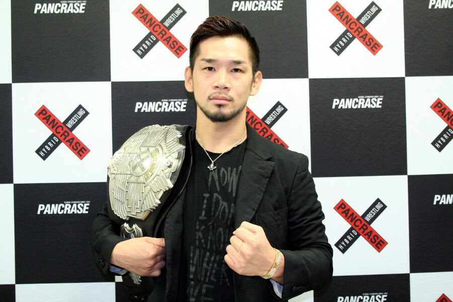 Shintaro Ishiwatari with Pancrase belt at the press conference held in Tokyo