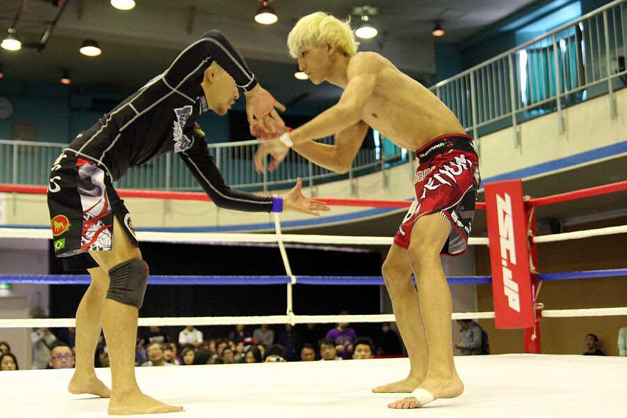 In the final of flyweight division Ulka Sasaki (right) needed only 91 seconds to finish Ryo Hatta (left) by a rear naked choke