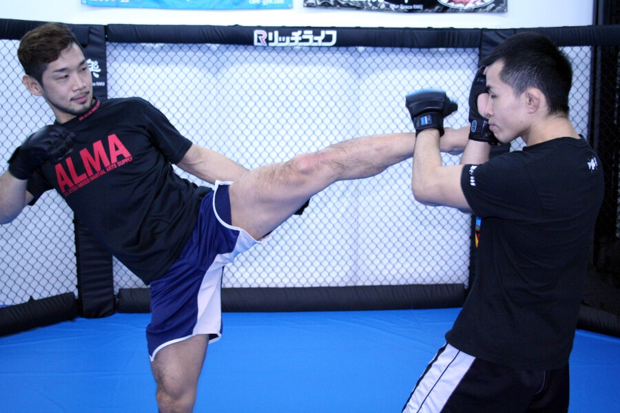 Shintaro Ishiwatari (left) doing a light sparringat media work out held at CAVE gym in Tokyo on Wednesday