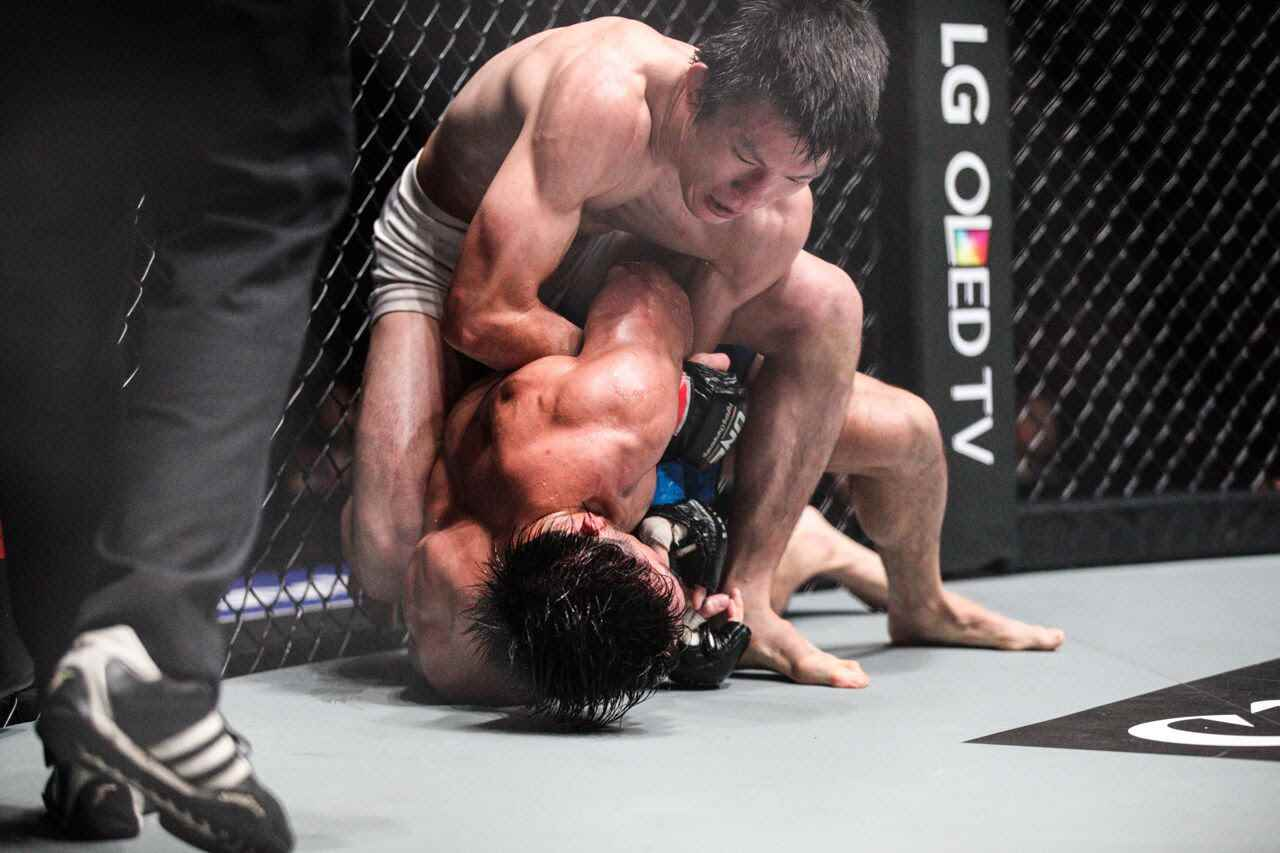 Shinya Aoki (top) is going to defend ONE lightweight title against Eduard Folayang on November 11th in Singapore