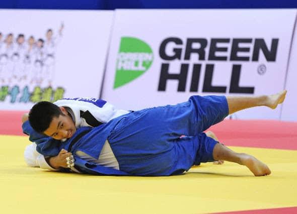 CHEN (white) in quarter-final action against LAU (HKG)